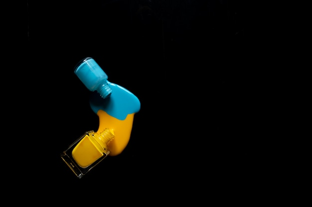 Vernis à ongles renversé isolé sur fond noir, un tracé de détourage inclus