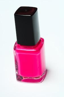 Vernis à ongles rose sur fond blanc