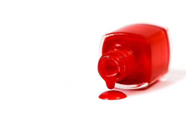 Vernis à ongles rouge renversé isolé sur fond blanc