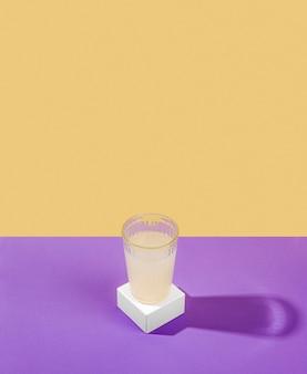 Verre à angle élevé avec du jus de citron