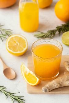 Verre à angle élevé avec du jus d'orange