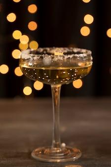 Verre à angle faible avec du champagne le soir du nouvel an