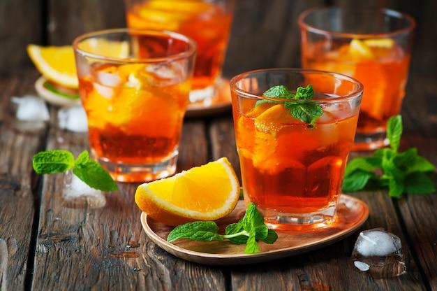 Verre d'aperol avec glace, orange et menthe