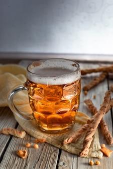 Verre de bière artisanale beerbeer dans une tasse chope de bière et des collations bretzel
