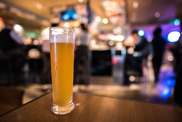 Verre de bière artisanale avec fond flou de bière pub