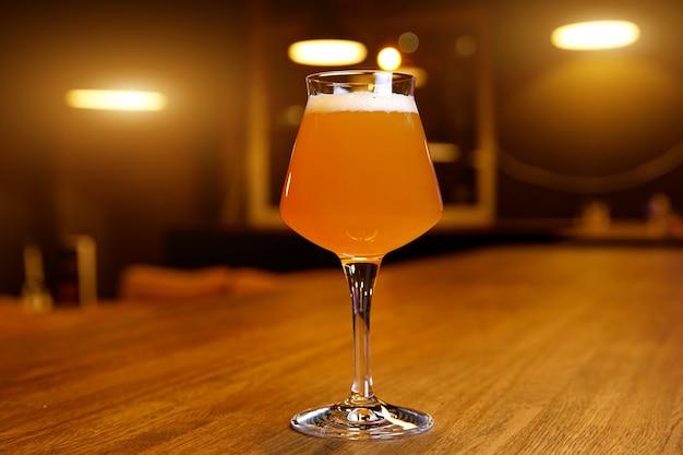 Verre de bière artisanale sur une table de pub,