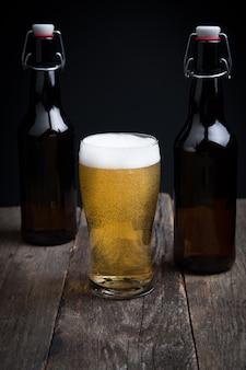 Verre de bière blonde et une bouteille