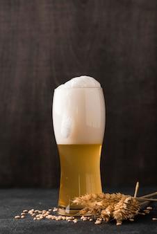 Verre de bière blonde avec mousse