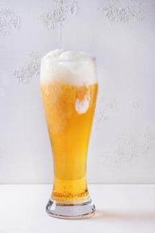Verre de bière blonde
