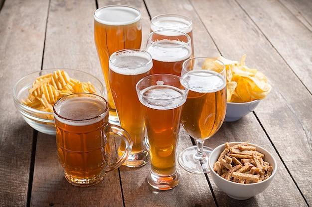 Verre bière sur bois