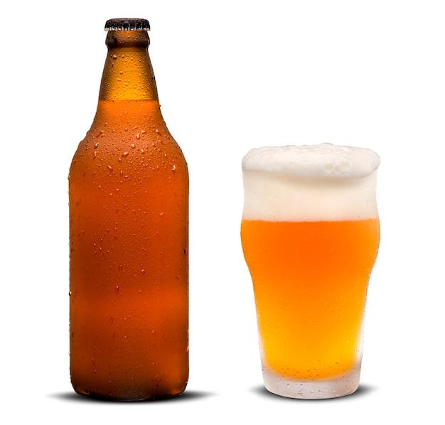 Verre de bière et bouteille brune avec des gouttes isolés sur fond blanc.