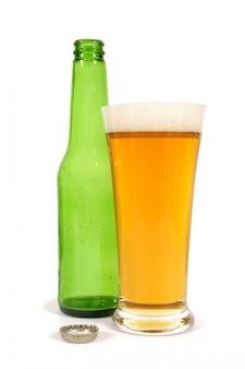 Verre à bière avec bouteille vide