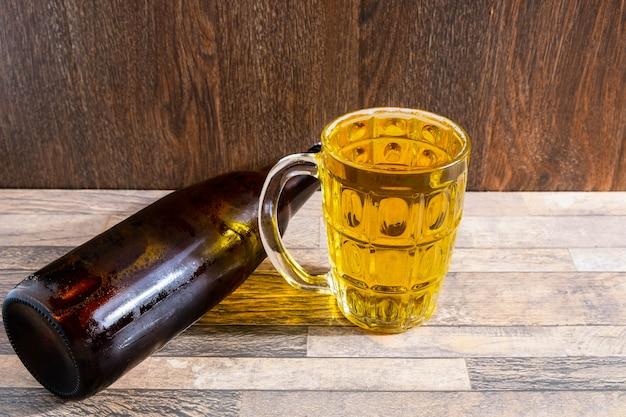 Verre à bière et bouteilles de bière sur la table