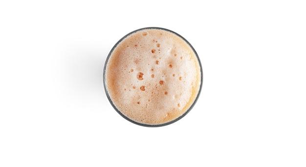 Verre de bière brune isolé sur blanc.