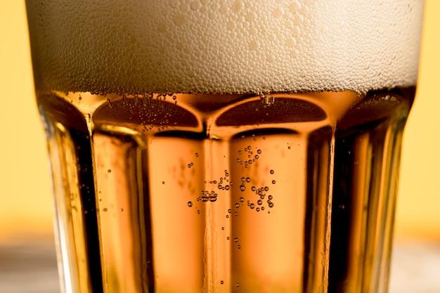 Verre de bière avec des bulles