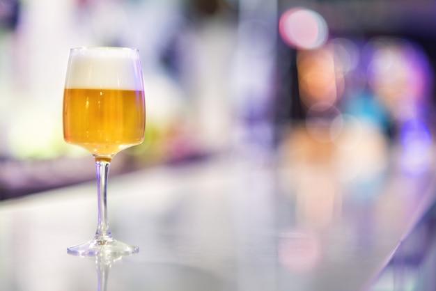 Verre de bière sur le comptoir de pub moderne