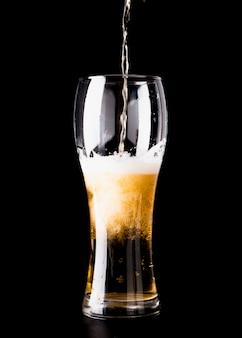 Verre à bière en cours de remplissage