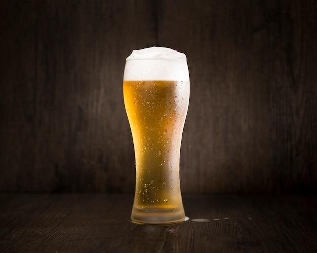 Verre à bière en face de fond noir