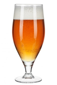 Verre de bière sur fond blanc