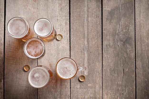Verre de bière sur fond de bois