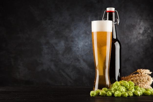 Verre à bière sur fond sombre