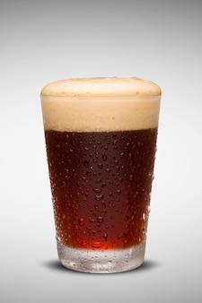 Verre de bière fraîche avec bouchon de mousse isolé sur fond blanc