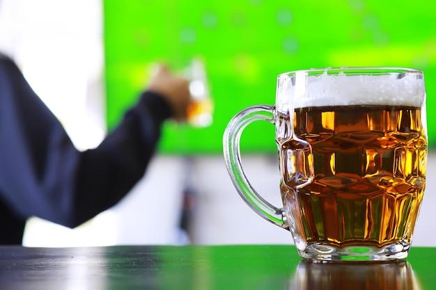 Verre de bière fraîche sur une table en bois. chope de bière blonde sur table en pierre. vue de dessus avec espace de copie