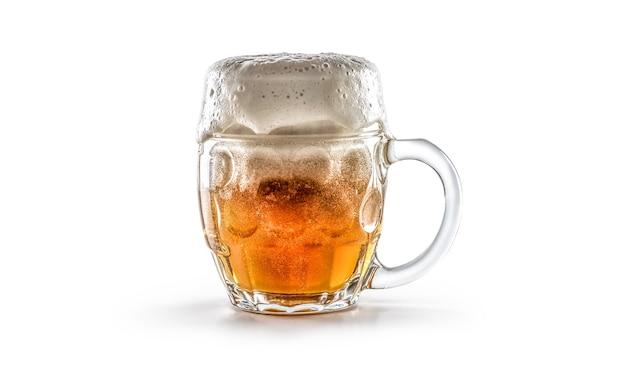 Verre de bière fraîchement préparée sur fond blanc.