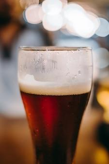 Verre à bière froid sur un bar ou un bureau de pub