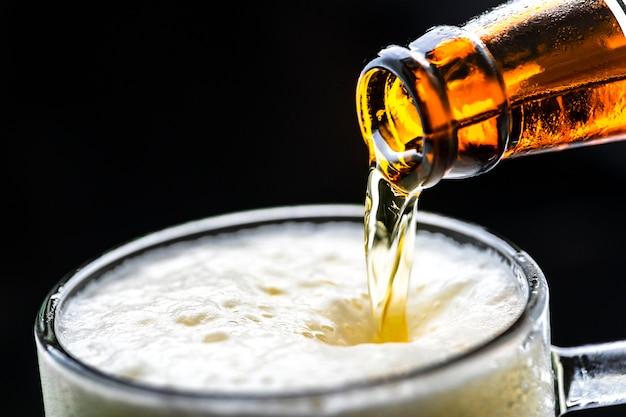 Un verre de bière froide macrophotographie