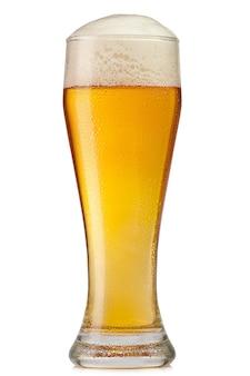 Verre de bière isolé sur une surface blanche