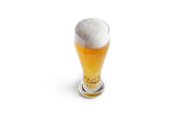 Verre de bière légère isolé sur blanc.