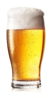 Verre de bière légère avec mousse blanche
