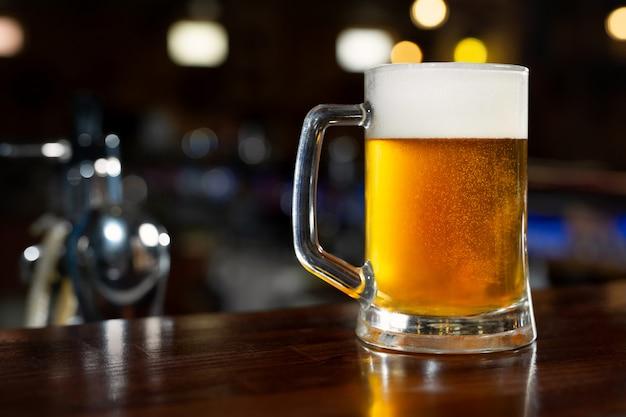 Verre de bière légère sur un pub sombre