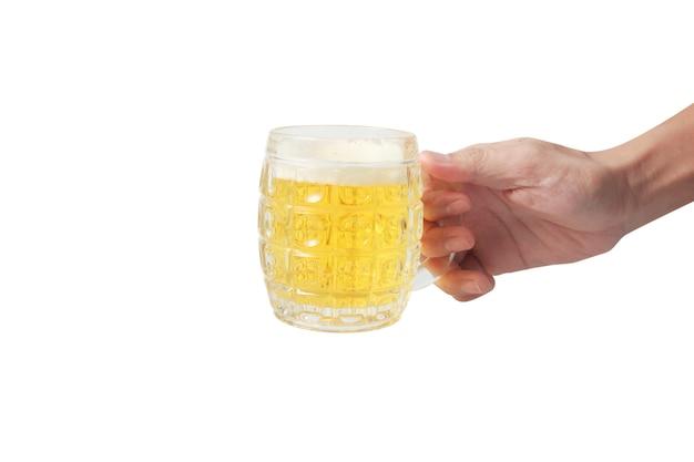 Verre d'une bière à la main isolé