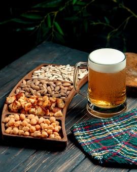 Verre de bière avec mousse et collations