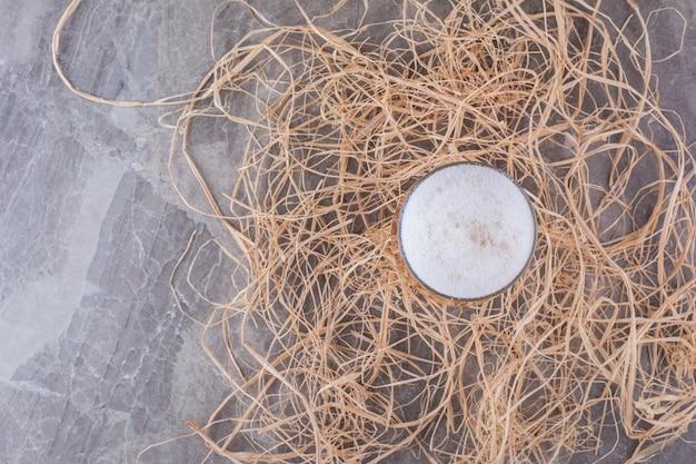 Verre de bière mousseuse sur fond de marbre. photo de haute qualité