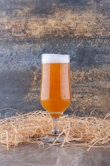 Verre de bière mousseuse sur table en marbre. photo de haute qualité
