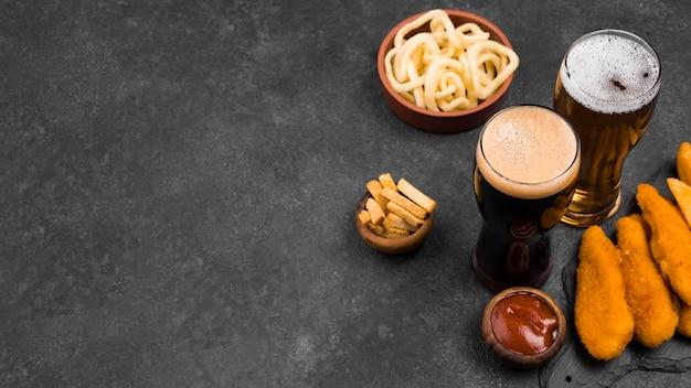 Verre à bière et nourriture délicieuse à angle élevé