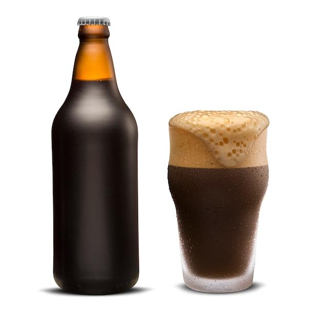 Verre de bière porter et bouteille brune isolé sur fond blanc