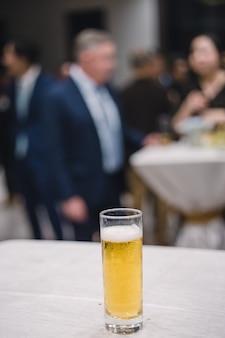 Verre de bière en réunion d'affaires