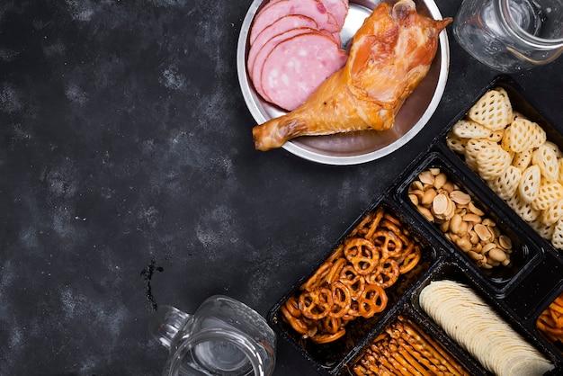Verre de bière et de snacks et cuisses de poulet fumées