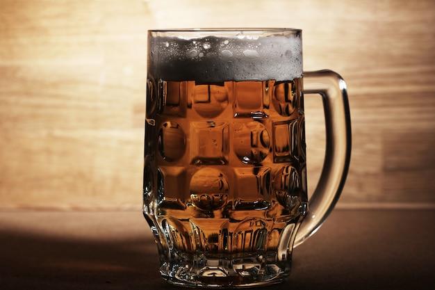 Verre de bière sur une surface en bois