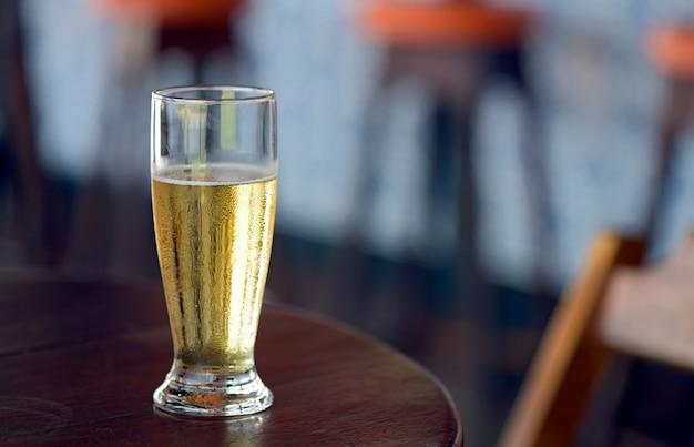 Verre de bière sur une table de bar populaire