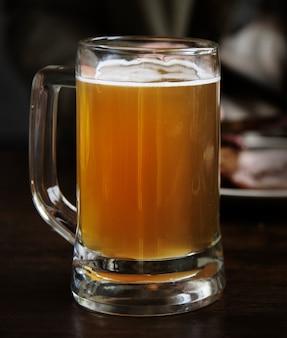 Verre de bière sur une table