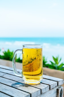 Un verre de bière sur une terrasse