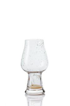 Verre à bière vide avec des gouttes