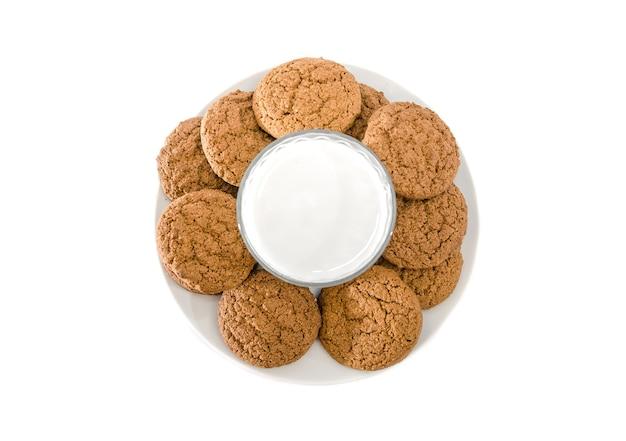 Verre de biscuits au lait et à l'avoine sur blanc
