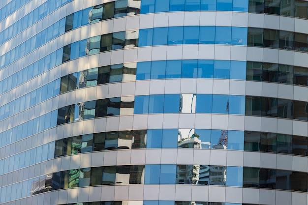 Verre bleu bâtiment dans la ville