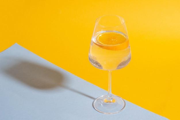 Verre avec une boisson d'été et une tranche d'orange